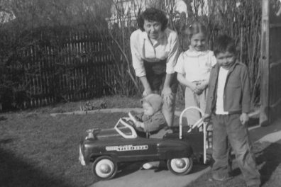 Hillary, her mom Dorothy, and her brothers, Hugh Jr. and Anthony, in their Park Ridge, Illinois, yard.